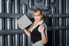 在管子建筑附近的妇女 免版税库存照片