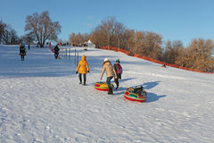 滑在管的小山在冬天 Kolomenskoye,莫斯科 图库摄影