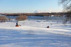 滑在管的小山在冬天 Kolomenskoye,莫斯科 免版税库存照片