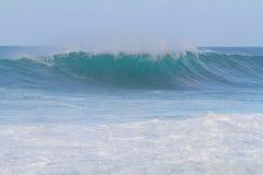 在管道奥阿胡岛的大波浪 免版税库存图片