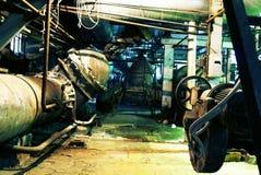 在管道阀门里面的被放弃的大工厂 免版税图库摄影
