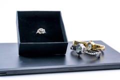 在箱子和两块手表的美好的玫瑰色银色圆环 库存图片