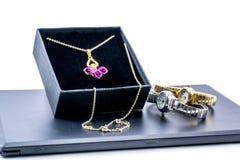 在箱子和两块美丽的手表的金黄项链 免版税库存照片