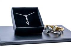 在箱子和两块美丽的手表的银色项链 库存图片