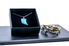 在箱子和两块美丽的手表的银色项链 图库摄影