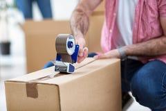 在箱子和使用尘土磁带的包装事 免版税库存图片