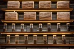 在箱子和柳条筐显示的咖啡种子在咖啡店 图库摄影