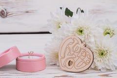在箱子和白花的结婚戒指 免版税库存照片