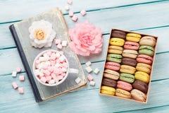 在箱子和蛋白软糖的五颜六色的蛋白杏仁饼干 免版税库存图片