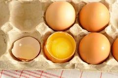 在箱子和蛋黄关闭的未加工的鸡蛋 库存照片