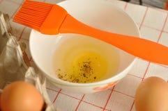 在箱子和蛋黄的未加工的鸡蛋用香料 库存图片