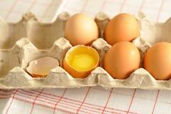 在箱子和蛋黄的未加工的鸡蛋 库存图片