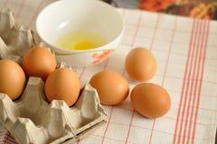 在箱子和蛋黄的未加工的鸡蛋 图库摄影
