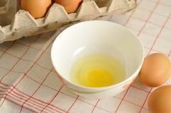 在箱子和蛋黄的未加工的鸡蛋 免版税库存图片
