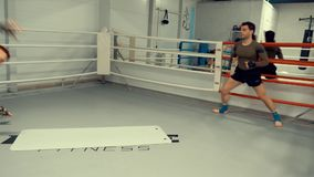 在箱子圆环的人拳击手一起训练翻筋斗个人教练员在战斗俱乐部 股票视频
