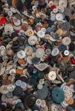 在箱子堆的塑料、金属和木头按钮 免版税库存照片