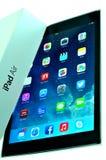 在箱子外面的新的iPad空气 免版税库存图片