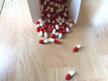 在箱子外面的药片 库存照片