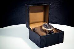 在箱子显示和包装的豪华精神手表 免版税库存图片