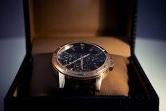 在箱子显示和包装的豪华精神手表 免版税库存照片