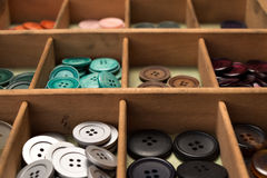 在箱子的五颜六色的按钮 免版税库存图片