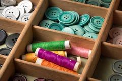 在箱子的五颜六色的按钮 免版税图库摄影