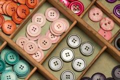 在箱子的五颜六色的按钮 免版税库存照片