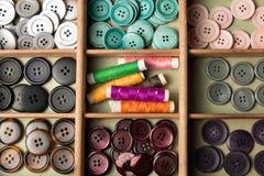 在箱子的五颜六色的按钮 库存图片