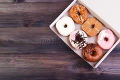 在箱子的五颜六色的油炸圈饼 免版税图库摄影
