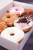 在箱子的五颜六色的油炸圈饼 库存图片
