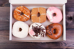 在箱子的五颜六色的油炸圈饼 免版税库存照片