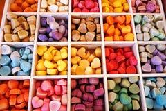 在箱子的五颜六色的糖果 免版税库存照片