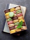 在箱子的五颜六色的蛋白杏仁饼干 库存图片