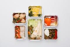 在箱子的健康食物,饮食概念 在白色顶视图隔绝的几个容器 免版税库存图片