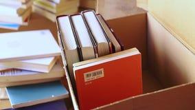 在箱子的包装的书 影视素材