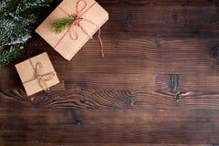 在箱子的包装的圣诞节礼物在木背景顶视图 库存照片
