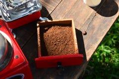 在箱子的咖啡粉末 库存图片