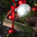 在箱子的圣诞节装饰红色中看不中用的物品 免版税库存图片