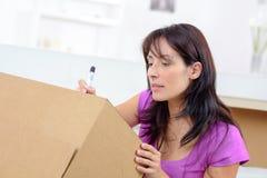 在箱子的妇女文字 免版税库存照片