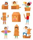 在箱子的孩子导航使用在装箱的房子里的创造性的儿童字符和男孩或者女孩纸盒飞机或纸船的 库存例证