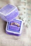 在箱子的定婚戒指在灰色 免版税库存照片