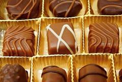 在箱子的巧克力糖 免版税库存图片