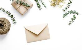 在箱子的当前设计有在白色背景顶视图的花的 免版税库存图片