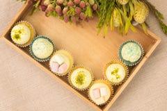 在箱子的手工制造杯形蛋糕 免版税库存照片