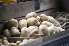 在箱子的新鲜的土豆待售在自治市镇市场上 库存图片