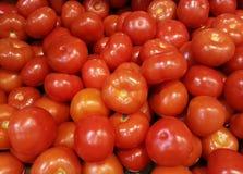 在箱子的新鲜的红色蕃茄,食品成分,菜,果子 免版税库存照片