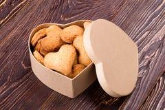 在箱子的曲奇饼有盒盖的 免版税库存图片