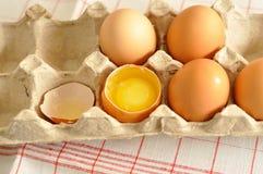 在箱子的未加工的卵黄质蛋关闭 免版税库存图片