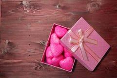 在箱子的桃红色心脏 免版税库存照片