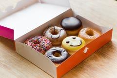 在箱子的油炸圈饼 免版税库存照片